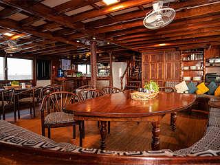 Hauptsalon und Bar