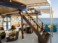 Hauptdeck der MV Ambai mit Zugang zum Sonnendeck