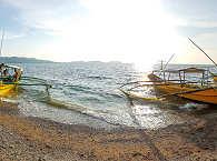 Tauchboote der Anilao Divers am Strand
