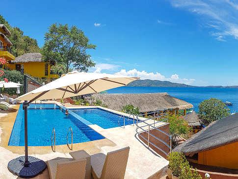 Die Pools des Buceo Anilao Dive Resort