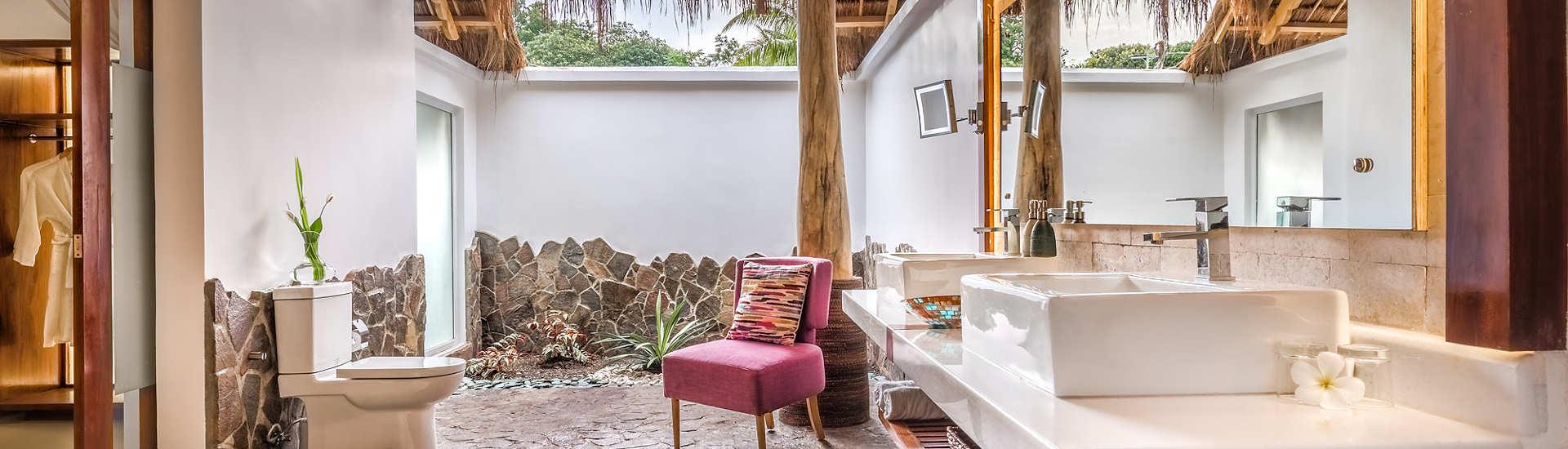 halboffene Badezimmer mit Regenduschen