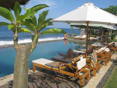 Poolanlage mi Blick aufs Meer – Tauch Terminal Tulamben, Bali