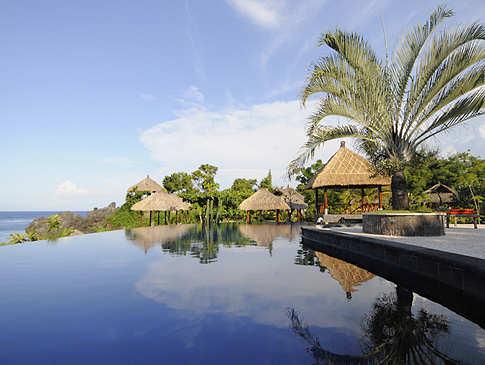 Poolanlage des Alam Batu Beach Resorts – Bali, Indonesien