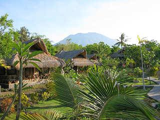 Bungalows und Gartenanlage des Alam Batu Beach Resort – Bali, Indonesien
