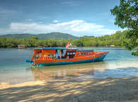"Tauchboot ""Enjoy"" der Blue Bay Divers auf Sahaung, Bangka, Sulawesi"