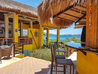 Open Air Bereich mit Bar und Restaurant des Buceo Anilao Luzon