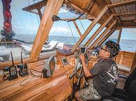 Auf der Brücke – Safariboot Indonesien