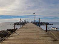 der lange Bootssteg des Mapia Resort Manado