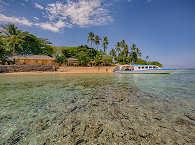 Blick vom Wasser auf Siladen mit dem Onong Resort