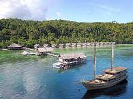 Coralia vor Anker beim Papua Explorers Resort