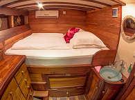 Doppelbett Kabine auf der Duyung Baru – Komodo, Indonesien