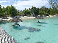 Blick vom Steg auf das Resort Fakarava