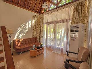 Wohnbereich einer Studio Suite des Maluku Resort & Spa