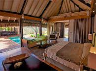 Schlafzimmer einer Villa mit Pool (im Garten)