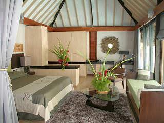 Schlafzimmer einer Poolvilla im Garten des Kia Ora Rangiroa