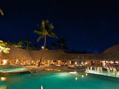 Poolbereich mit dem offenen Restaurant