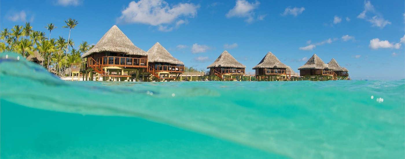 Wasserbungalows des Kia Ora Resort & Spa Rangiroa