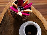 Kaffee und Früchte-Snack am Nachmittag