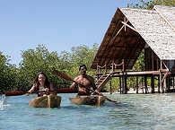 kleine, traditionell gebaute Paddelboote des Kusu