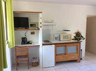 Kochnische mit Mikrowelle und Kühlschrank