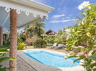 Gartenanlage mit Pool und Liegen