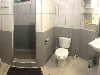 Moderne Bäder mit Dusche, WC und Waschbecken