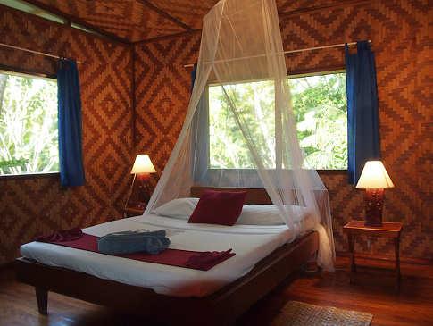 Bungalow innen – Lissenung Island Resort