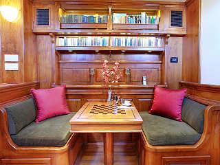 Die kleine Bibliothek im Salon