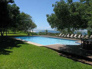 Entspannen am Pool mit Blich aufs Meer – Archipelago Lodge, Mosambik