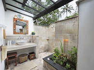 balinesisches Freiluftbadezimmer mit Warmwasserdusche und WC