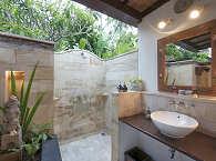 typisch indonesisches Freiluftbadezimmer mit Warmwasserdusche und WC