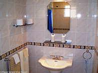 gefließte Badezimmer auf europäischem Standard