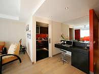Wohnraum mit Arbeitsbereich einer Suite