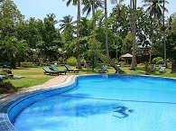 Pool und Liegewiese des Mapia Resort & Spa
