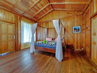 einfache, aber geschmackvoll eingerichtete Bungalows – Mapia Dive Resort