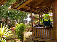 Blick durch die Bungalows des Mapia Dive Resort