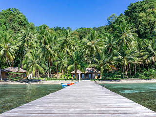Blick vom Jetty aufs Sali Bay Resort – Molukken