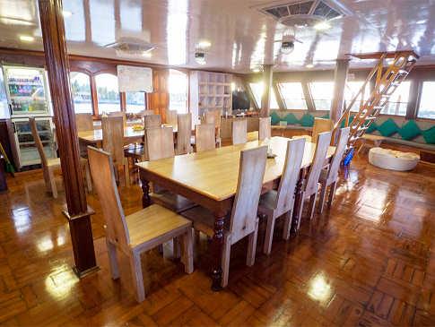 Essbereich im Salon der Eco Blue – Tauchkreuzfahrtschiff Malediven