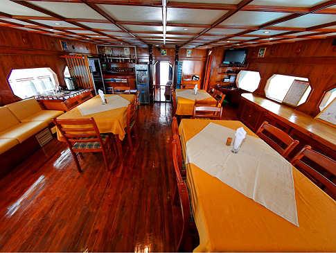 Salon mit Restauratbereich – Safariboot MY Sheena