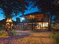 Haupthaus mit dem offenen Restaurant bei Nacht