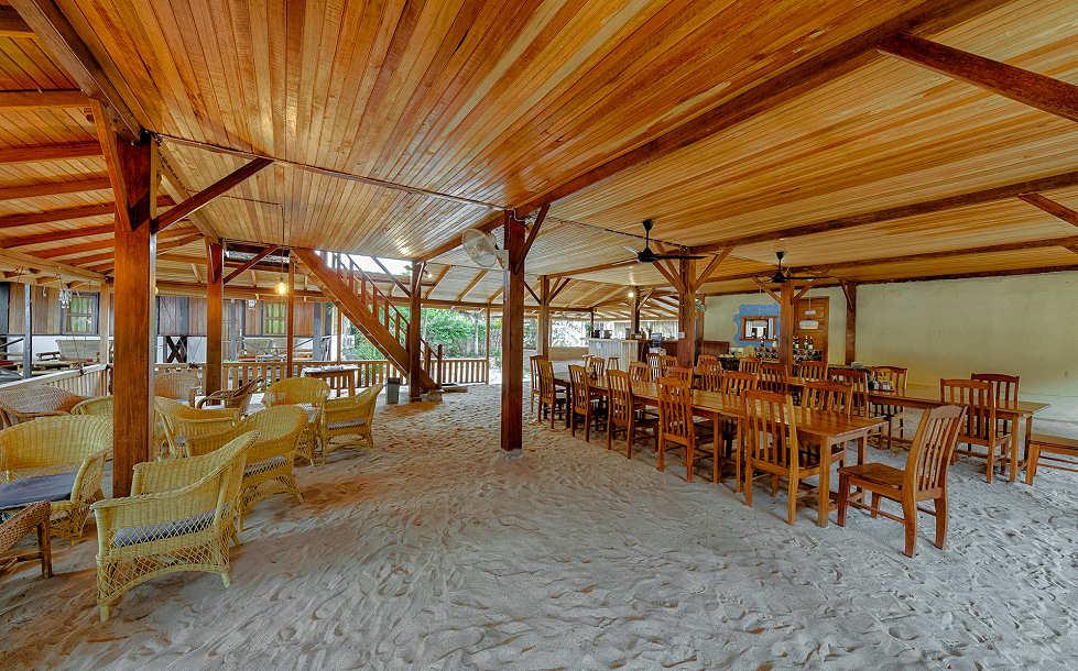 Die Füße in den Sand stecken im Restaurant