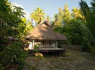 Bungalow unter Palmen – Rangiroa, Tuamotu Archipel