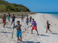 Insel-Kinder am Strand im Alor Archipel
