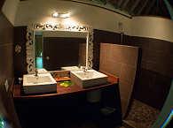 Badezimmer im Doppelbungalow – Rangiroa