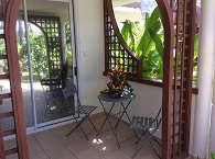 Bungalow und Terrasse mit Sitzgelegenheit