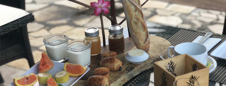 Französisches Frühstück der Pension auf Tahiti