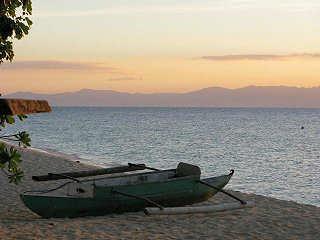 Traditionelle Banka und Sandstrand auf Moalboal – Philippinen