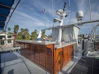 Sonnendeck des Safaribootes mit Bar