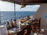 Frühstückstisch am Heck – MY Sheena Safariboot Malediven