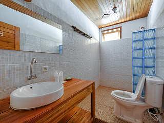 großzügige Bäder mit Fön, Dusche und WC